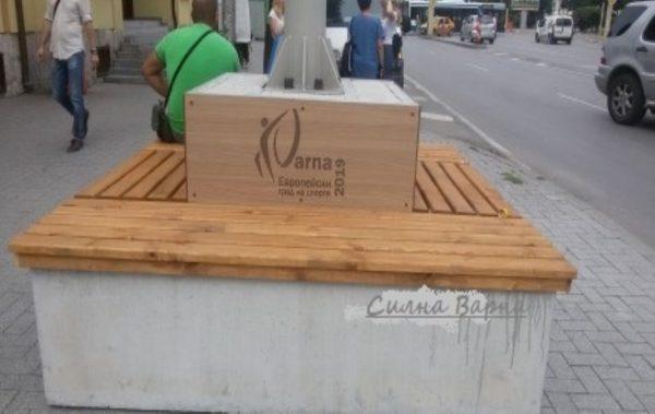 Поставиха пейки за отдих пред Юнашкия салон във Варна
