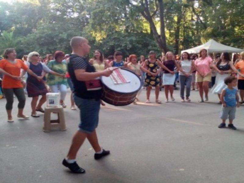 Чужденци се включиха в благотворително хоро във Варна(снимки)