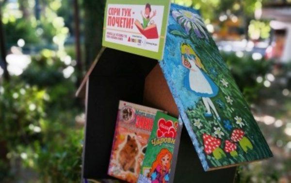 """Всяка неделя ще попълват """"къщичката за книги"""" в кв. Аспарухово (Снимки)"""