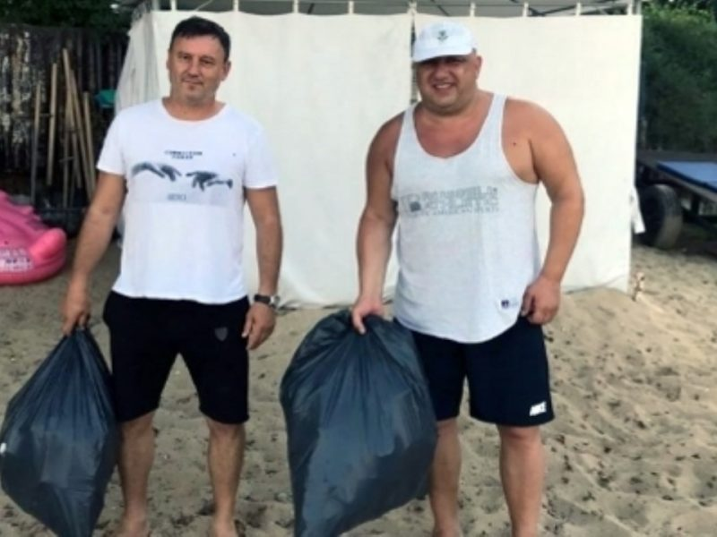 Спортният министър лично се захвана да чисти плажа във Варна