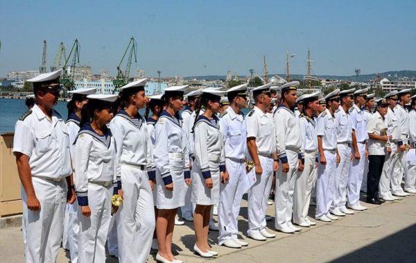 Военнослужещи от ВМС получават сертификати в петък