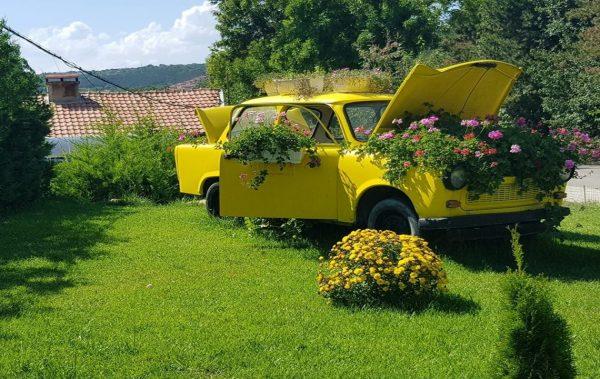 (СНИМКИ) Жълт трабант, преливащ от цветя, радва туристите към Аладжата