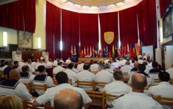 Военнослужещи с отличия по случай празника на ВМС