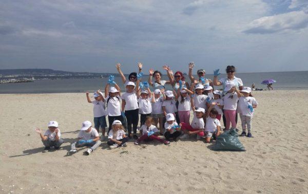 Малки природолюбители почистиха плажната ивица в Аспарухово
