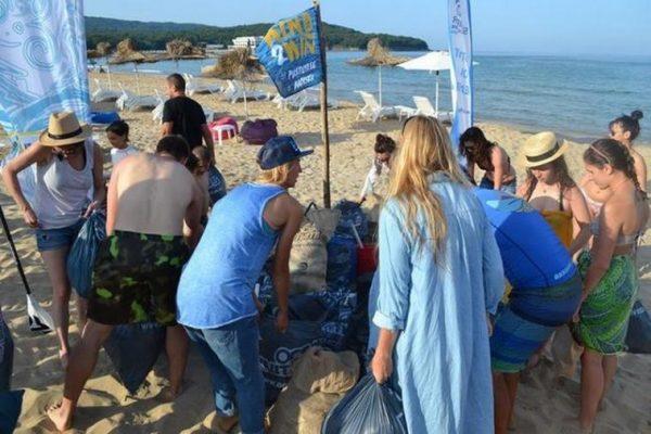 """Сърфисти организират почистване на плаж """"Ветеран"""" край Варна"""