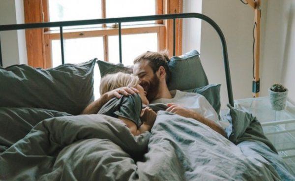 Какво разкрива начинът, по който се гушкате нощем