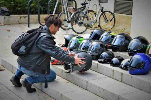 Рокери поставиха каски пред Окръжния съд заради загинал колега (СНИМКИ/ВИДЕО)