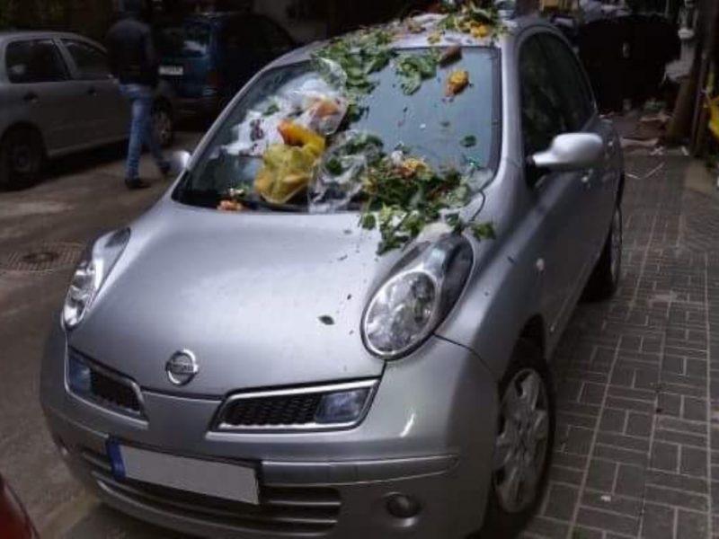 Засипаха с боклуци два автомобила, паркирани на нов тротоар във Варна
