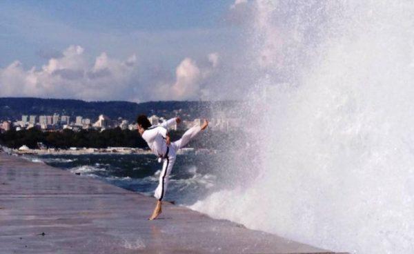 Поет и боец търси помощ за да сбъдне мечтите си, тренира при екстремни вълни във Варна (видео)