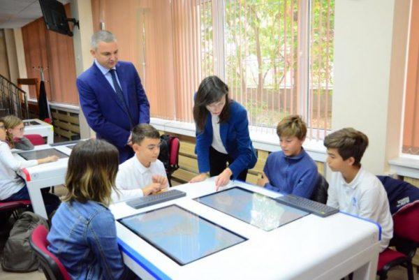 Портних и Мария Габриел в час по география на варненска гимназия