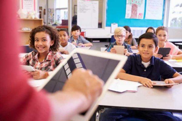 Учениците учат по-ефективно от книжни учебници