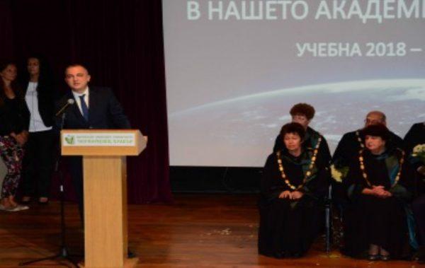 Кметът Иван Портних поздрави студентите при откриването на академичната година във ВСУ