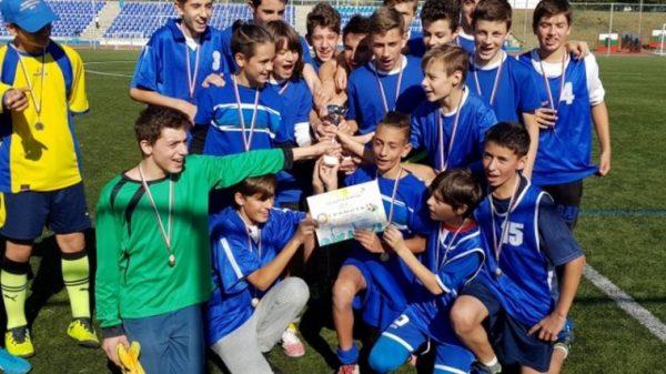 """Учениците от """"Св. Климент Охридски"""" са шампиони по футбол (СНИМКИ)"""