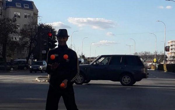 Загадъчен артист забавлява варненските шофьори (СНИМКИ)