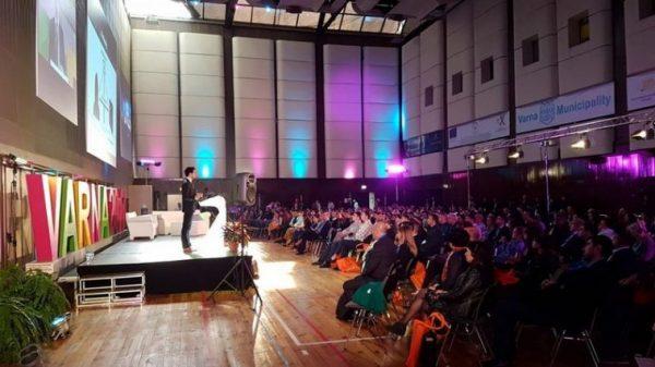 Показват хуманоиден робот холограма на Innowave summit във Варна