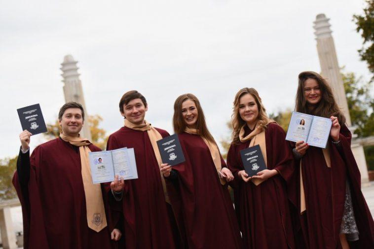 301 нови здравни специалисти се дипломираха в МУ-Варна (СНИМКИ)