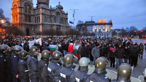Протестите проддължават. Във Варна полицаи използваха лютив спрей срещу недоволните