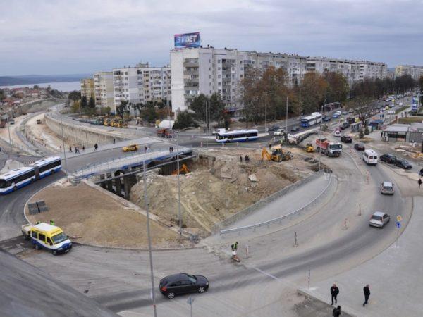 """По кръговото кръстовище на """"Владислав"""" вече се движат автомобили(Снимки)"""