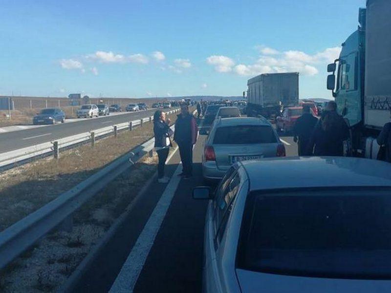 """Блокираха магистрала """"Хемус"""" до Варна. Протестът срещу цената на бензина стана политически с """"Мафията вън!"""" и """"Оставка!"""" (снимки)"""