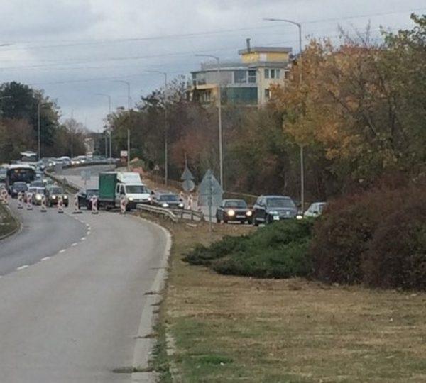 Слагат два пласта асфалт до края на месеца по пътя за Златните
