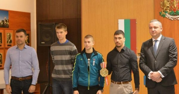 Иван Портних награди трима варненски шампиони (СНИМКИ)