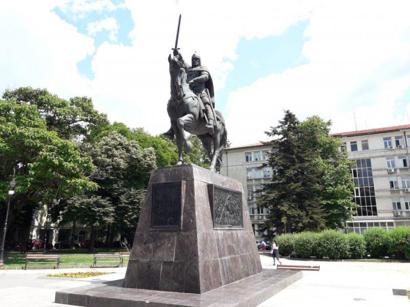 Десета година паметникът на Цар Калоян владее центъра на Варна