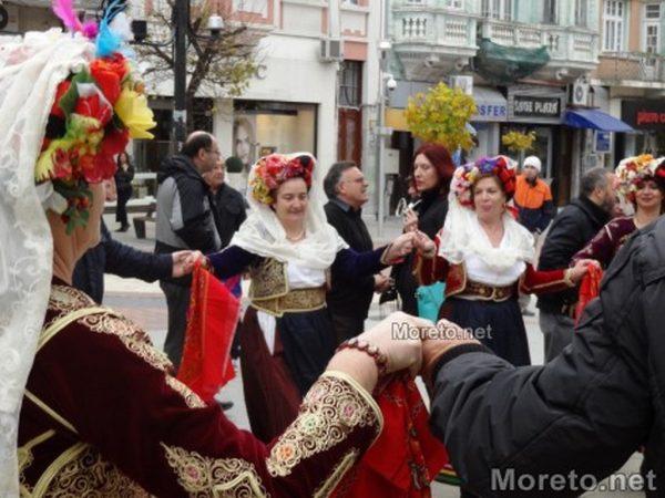 С хоро посрещат новата и изпращат старата година във Варна