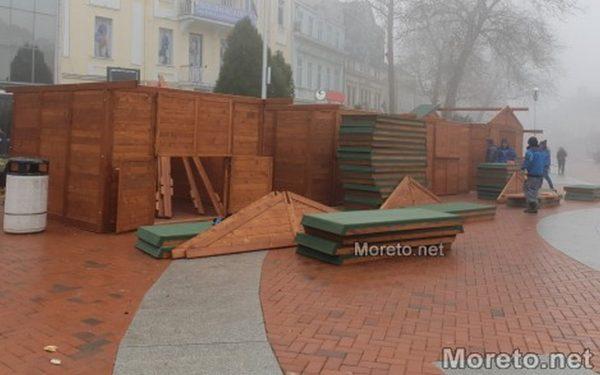 """Работници монтират къщичките за коледния базар на площад """"Независимост"""" във Варна"""