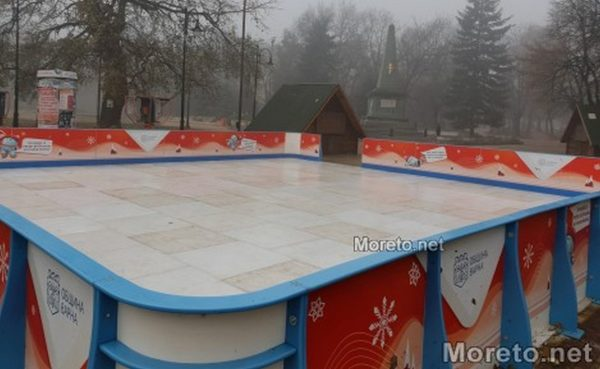 Поставиха ледена пързалка до Община Варна