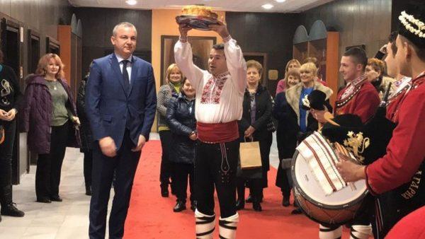 Иван Портних посрещна с хляб и сол добри полазници в Община Варна