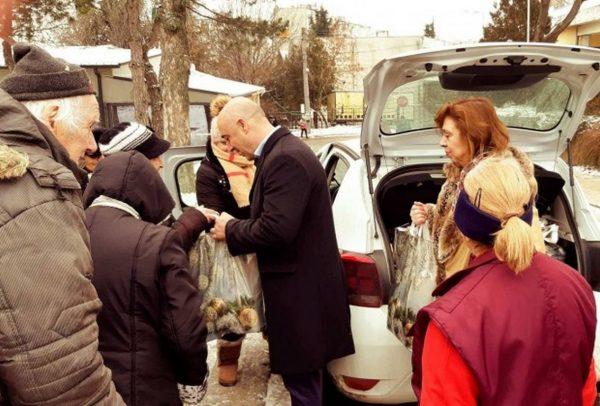 """Във """"Владиславово"""" раздадоха над 300 пакета с продукти на нуждаещи се"""