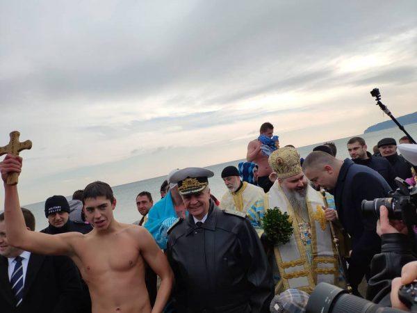 18-годишен ученик извади кръста във Варна