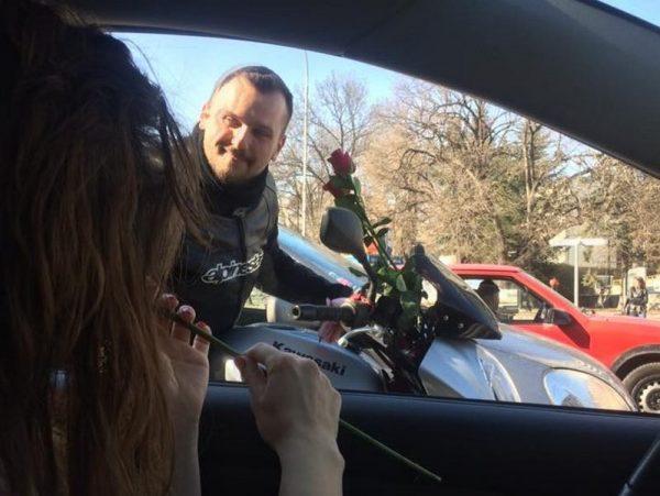Мотористи раздаваха рози в центъра на Варна (СНИМКИ)