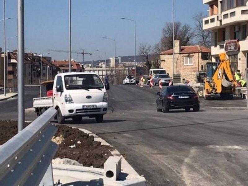 """Пуснаха новото кръгово кръстовище на бул. """"Цар Освободител"""" двупосочно"""