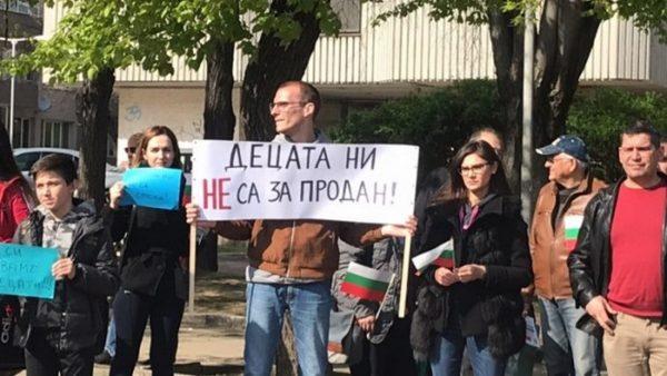 Родители от Варна скочиха на протест срещу Стратегията за детето