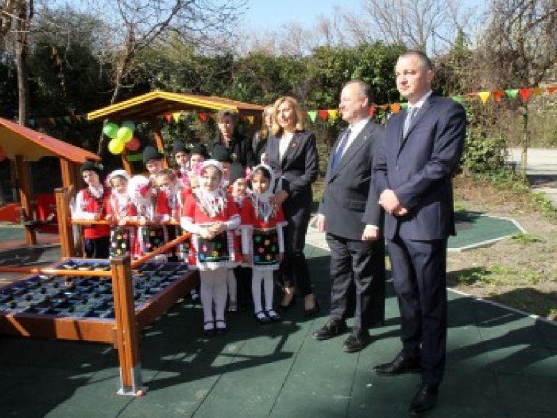 Иван Портних и посланикът на САЩ откриха нова детска площадка