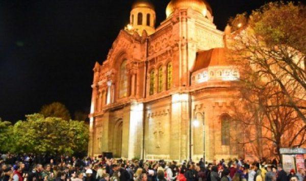 Стотици варненци събра катeдралният храм в нощта на Възкресение Христово