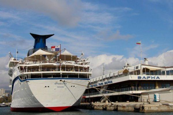 Лайнер със 700 души на борда акостира във Варна през май