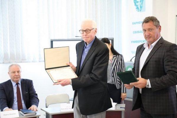 Световноизвестният финансов съветник Лари Бийл се срещна със студенти и с бизнеса във Варненския свободен университет