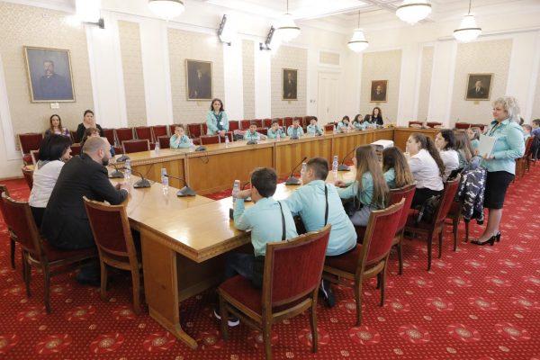 Четвъртокласници от Варна получиха удостоверенията си в парламента