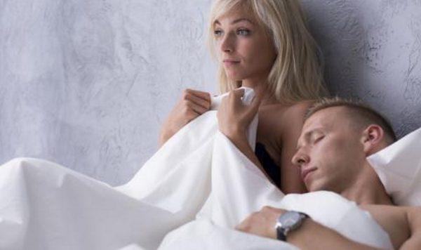 Защо мъжете заспиват след секс?