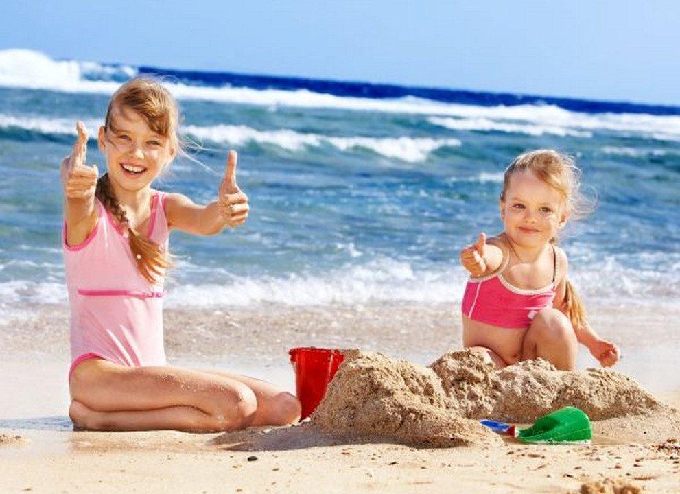 Деца ваят фигури от пясък на фестивал край Варна