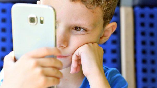 """За децата, телефоните и оправданието """"Ами, такова им е поколението"""""""