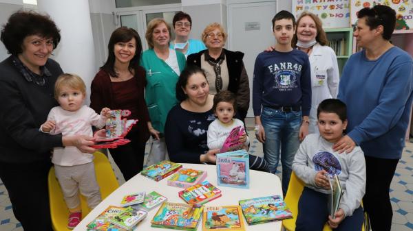 """""""Каста дива"""" дарява книжки на детското отделение на УМБАЛ """"Св Марина"""""""