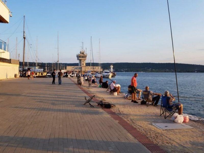 Рибари: Всички обществени тоалетни на Морска гара са заключени, трябва да цапаме морето