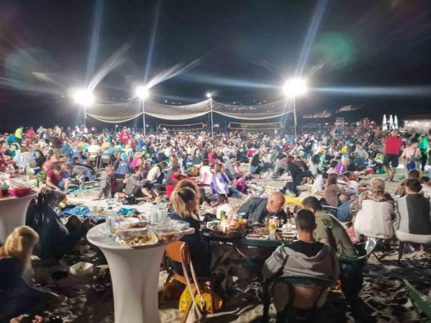 """Стотици варненци се събраха на """"Най дългата вечеря на плажа"""""""