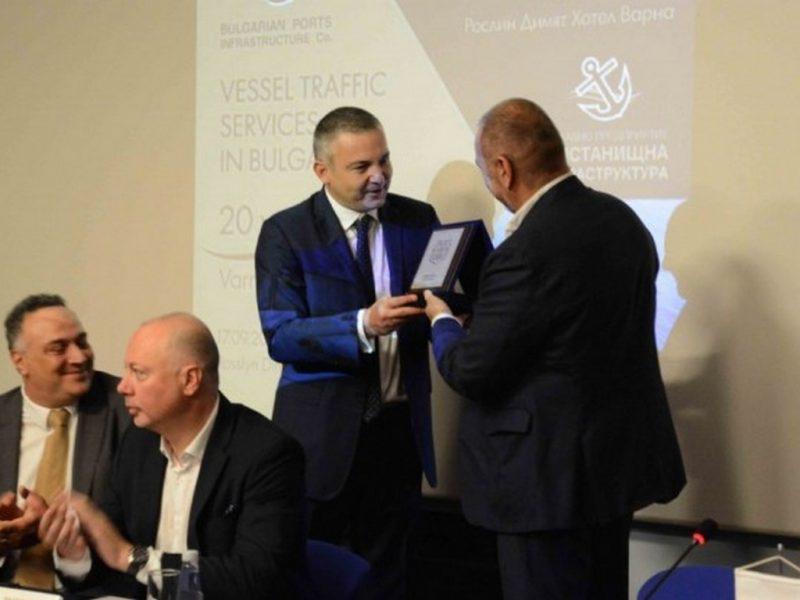 Иван Портних връчи награда по случай 20 години ръководство на корабен трафик в България