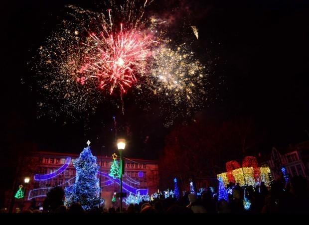 Коледната елха на Варна грейва тази вечер, песни и танци ще радват варненци