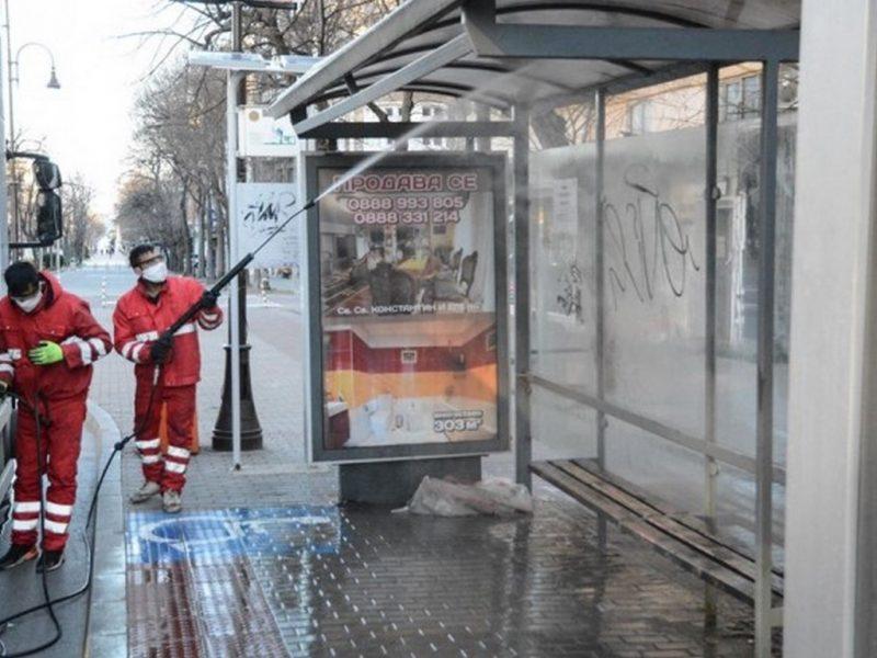 Всички спирки на градския транспорт във Варна се дезинфекцират