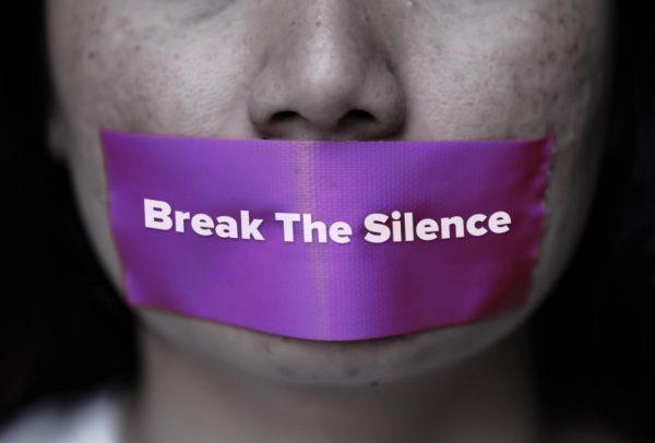 Французойки използват кодови думи в аптеките, за да се оплачат от домашно насилие